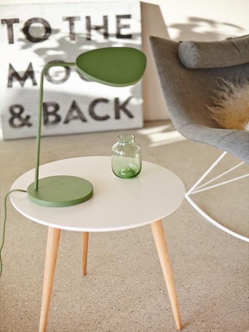 Japanische Deko grüne Lampe und Vase auf weißem Beistelltisch