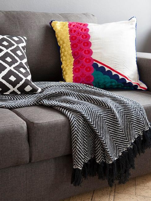 Ethno Style Kissen auf brauner Couch und Decke