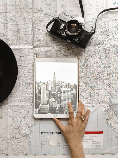 iPad auf Karte neben Kamera