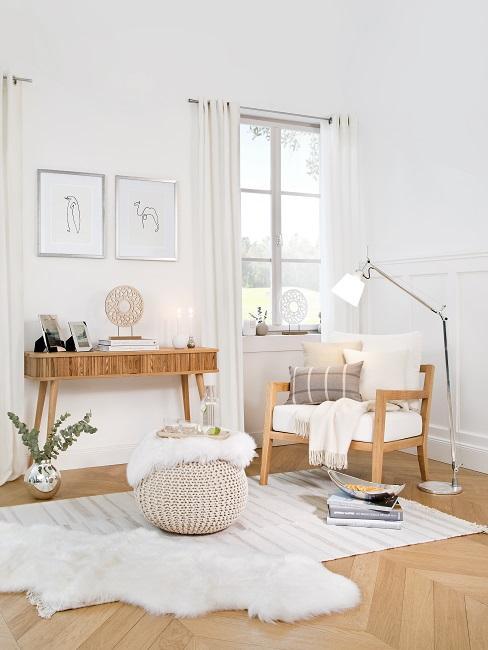 Weißer Sessel, Pouf, Teppich und Konsole