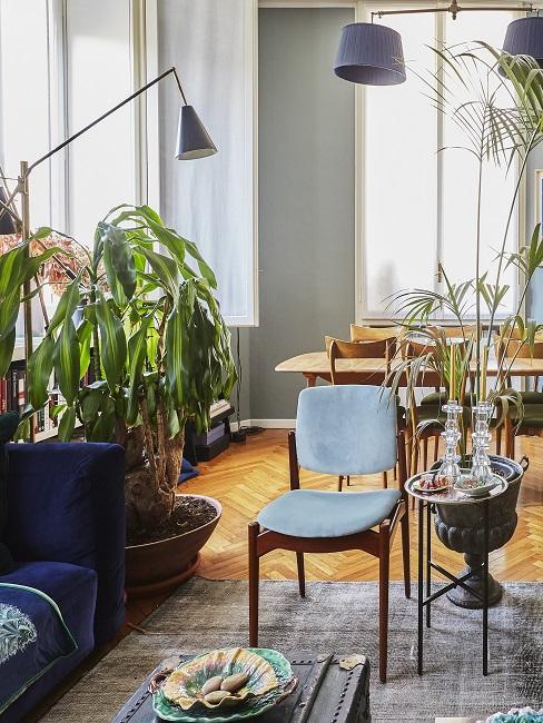 Wohn- und Esszimmer in Blau- und Grüntönen und vielen Pflanzen