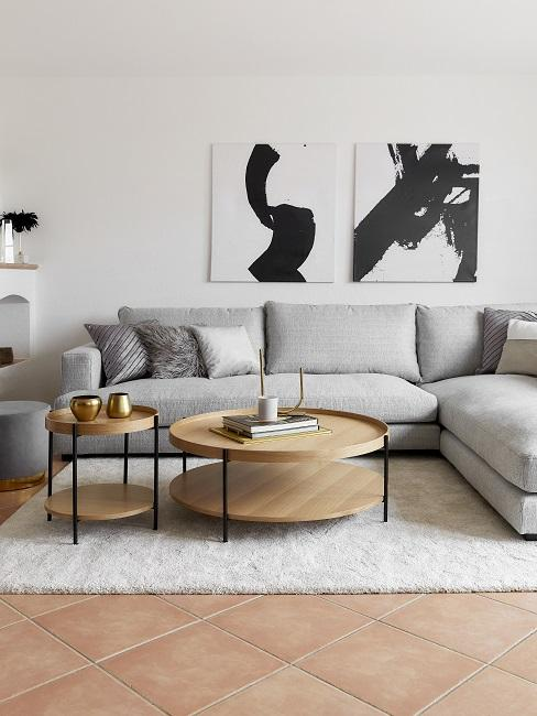 Wohnzimmer mit grauem Sofa und Couchtischen im Scandi Style