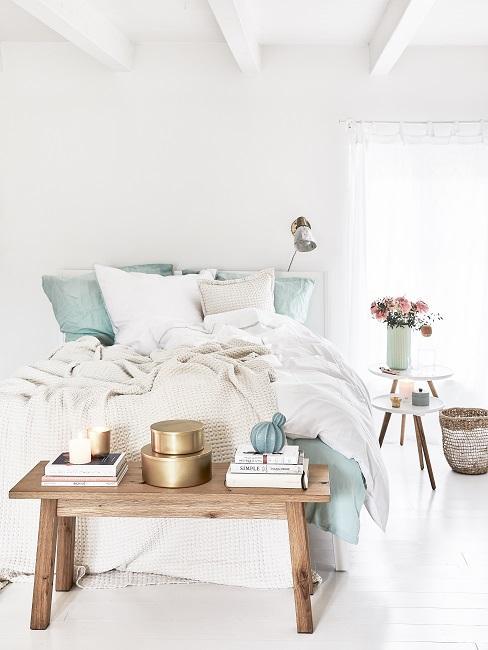 Scandi Style Schlafzimmer mit Holzbank