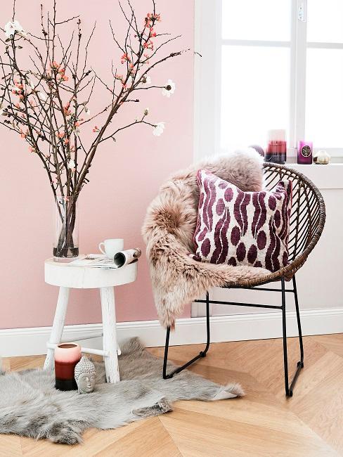Lila Boho Kissen auf Sessel neben weißen Hocker