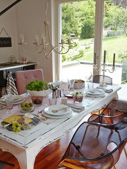Vintage Tischdeko auf weißem Shabby Chic Tisch