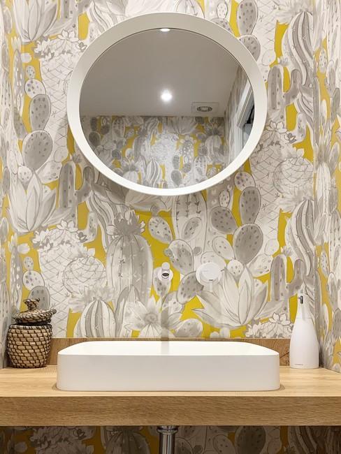 Cuarto de baño con tonos beige y amarillos