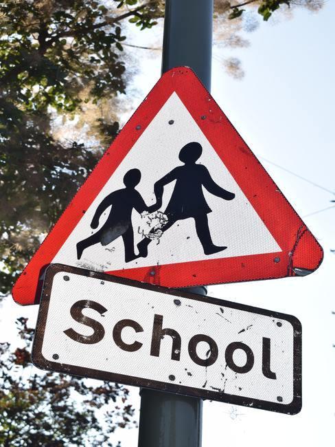 Señal de tráfico advirtiendo de la proximidad de un colegio