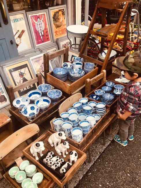 Rastrillo con vajilla de porcelana china blanca y azul