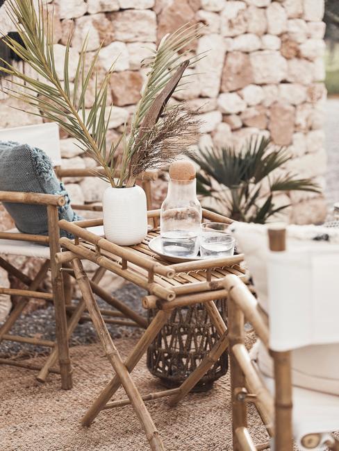 Terrasse extérieure avec meubles en bois et nappe blanche