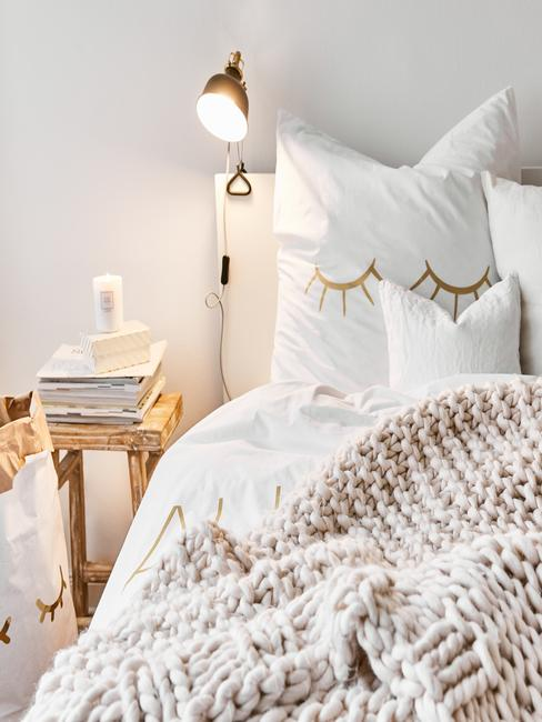 Lit couleur creme avec coussins et couverture