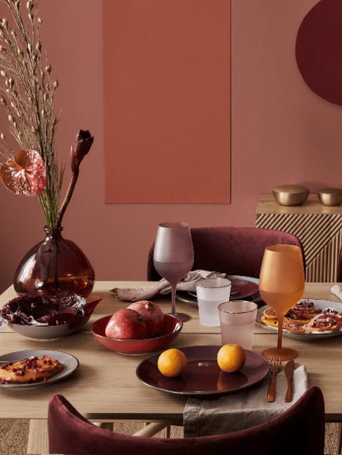 Table à manger dans un salon en couleurs rouge très foncé et rouge bordeaux