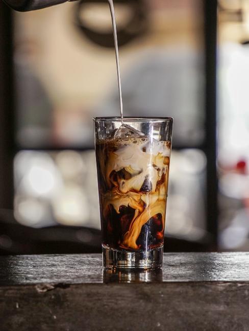 verre e café froid avec glaçons et mélange de lait