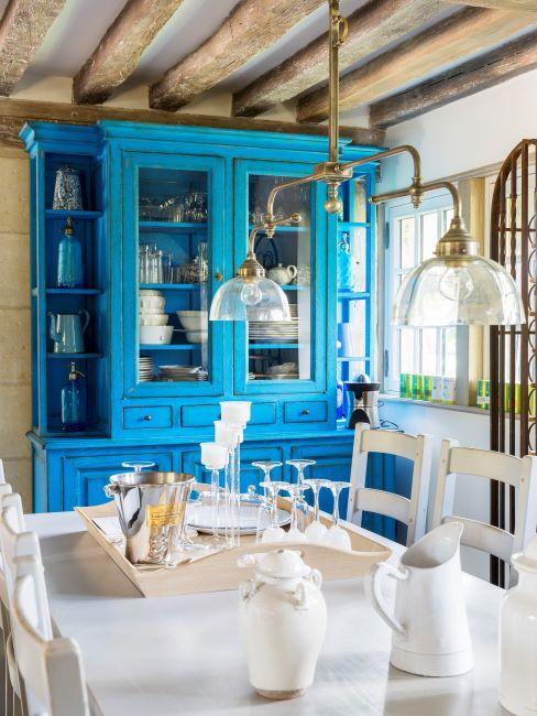Salle à manger style maison de campagne avec une belle vitrine bleue