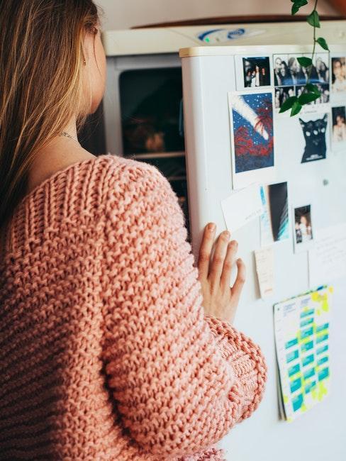 donna che apre il frigo