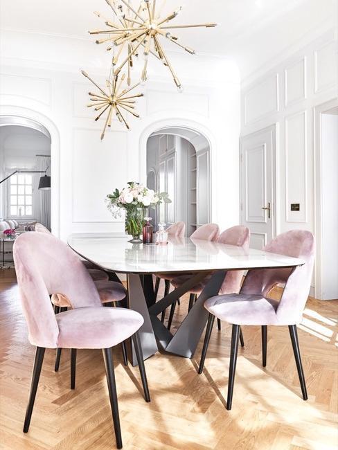 Sala da pranzo con sedie in velluto rosa