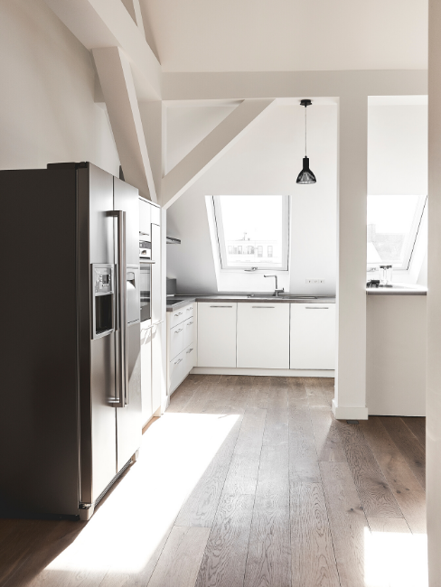 Cucina mansardata con travi in legno