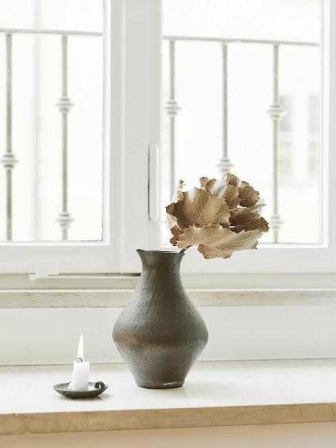 Vaso grigio con fiore secco