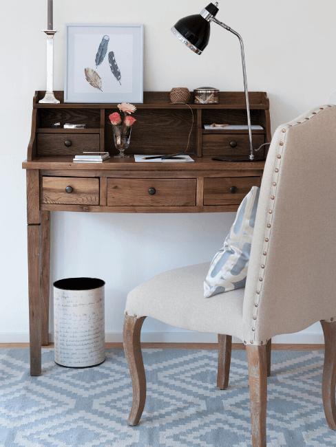 Dettagli ocamera da letto con scrivania rustica e sedia