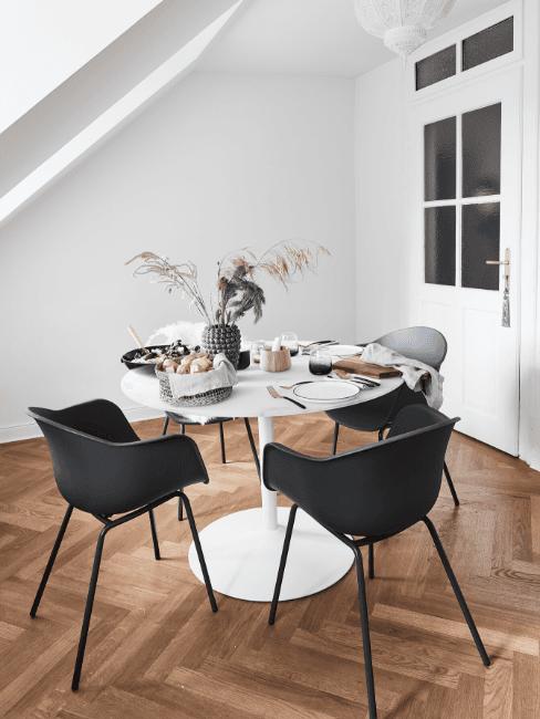 Tavolo rotondo bianco in sala da pranzo