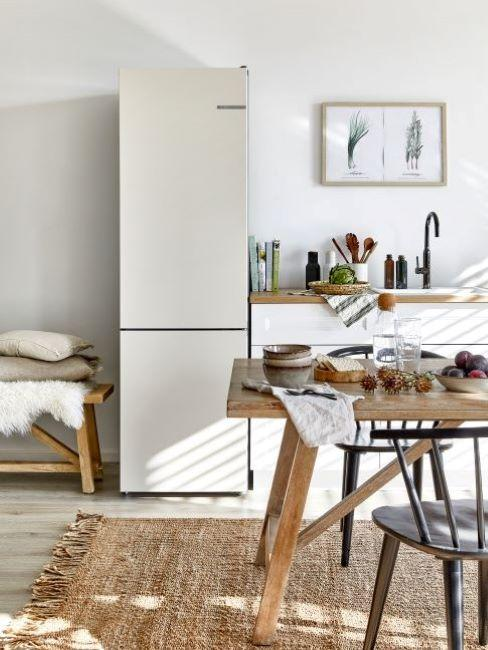 frigorifero bianco in cucina stile rustico con tavolo in legno