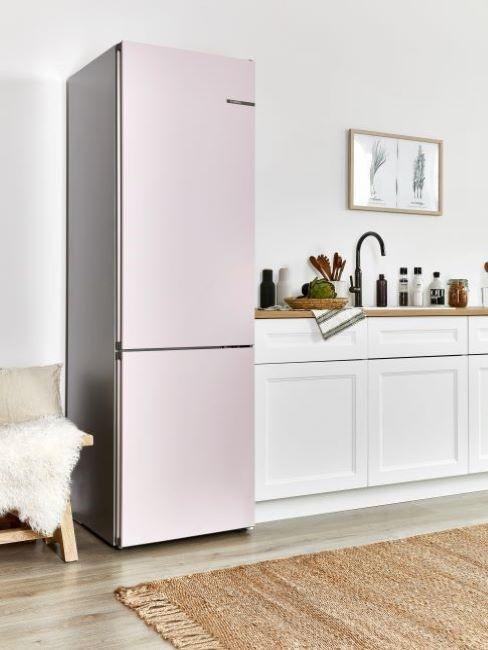 frigorifero rosa in cucina bianca