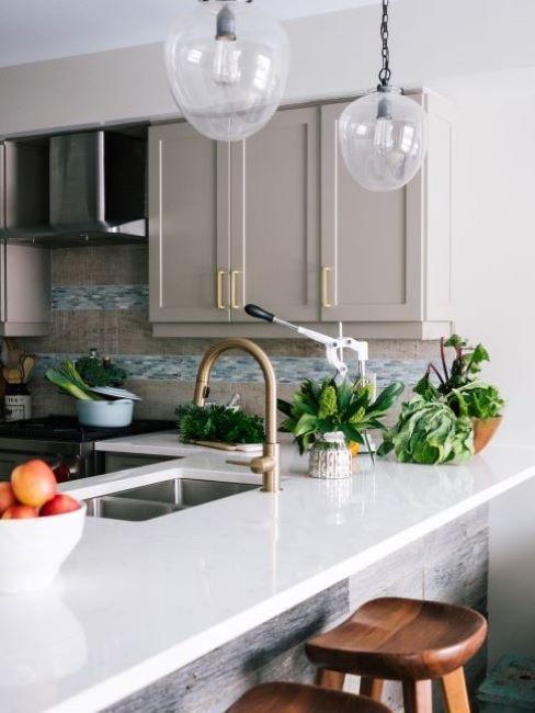 cucina bianca e grigia con inserti di carta da parati