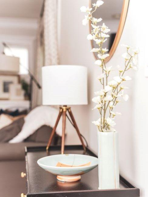 ingresso moderno con consolle con vaso bianco e lampada da tavolo