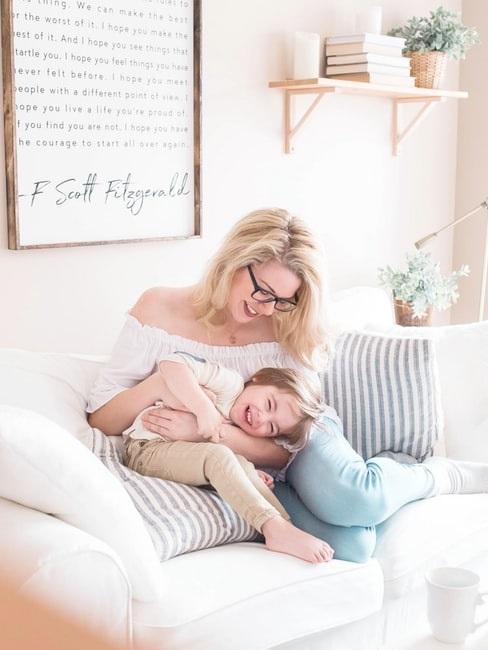 mamma e figlio sul divano
