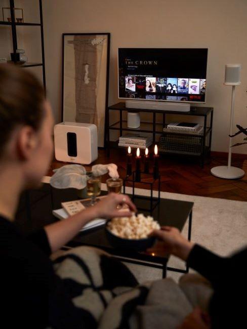 famiglia che guarda film sul divano