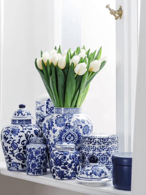 Witte tulpen in blauwe vaas