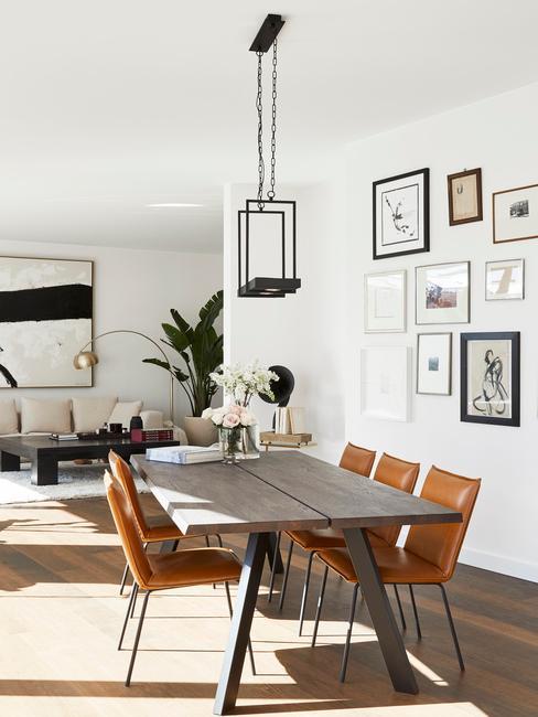 Salon w industrialnym stylu: z drewnianym stołem i galerią ścienną