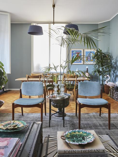 Salon połączony z jadalnią w odcieniach błękitu, z niebieskiemi krzesłami