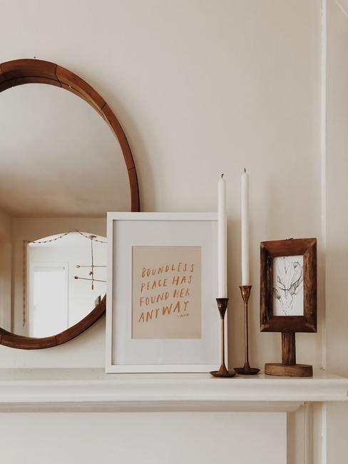 Zbliżenie na lustro, obraz oraz dwa świeczniki wykonane z mosiądzu