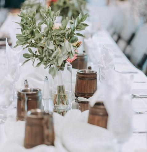 Rustykalne dekoracje stołu weselnego z kwiatami