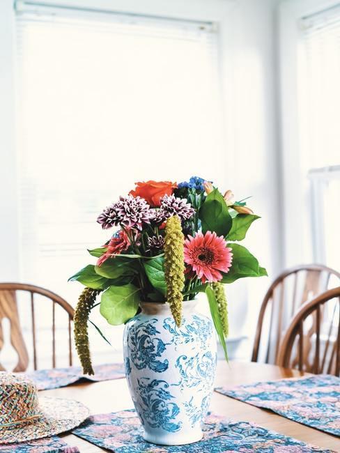 Bukiet kwiatów stojący w ceramicznym wazonie na stole