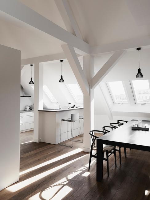Mieszkanie na poddaszu, w którym kuchnia jest połączona z jadalnią