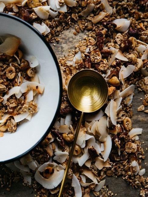 Mosiężna łyżka obok miseczki z granolą