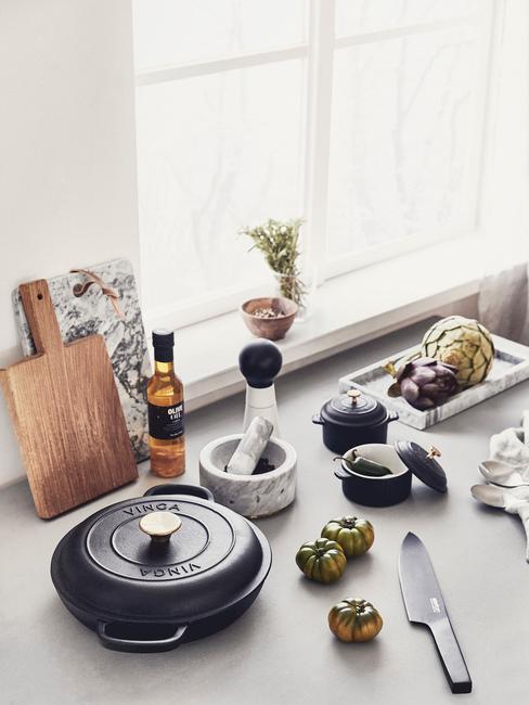 Blat kuchenny z akcerosiami potrzebnymi w kuchni