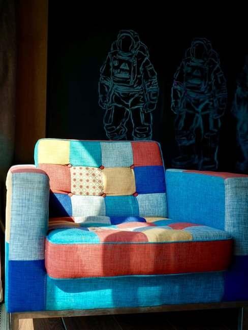 Fotel w pomieszczniu, którego obicie było wykonywane metodą patchwork
