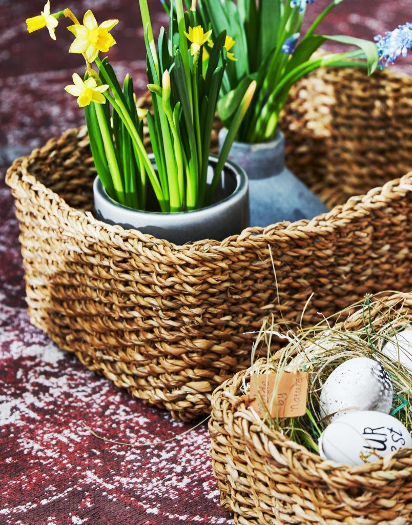 Plecione koszyki, w których znajdują się dekoracje wielkanocne