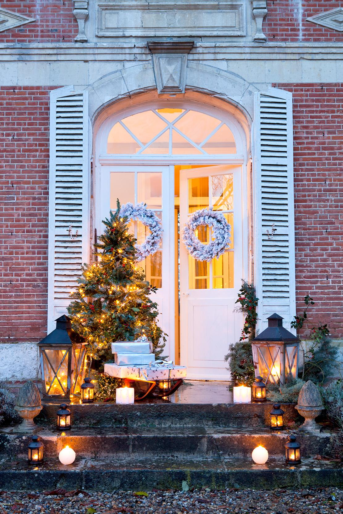 weihnachtsdeko-hauseingang-mit-lichtern
