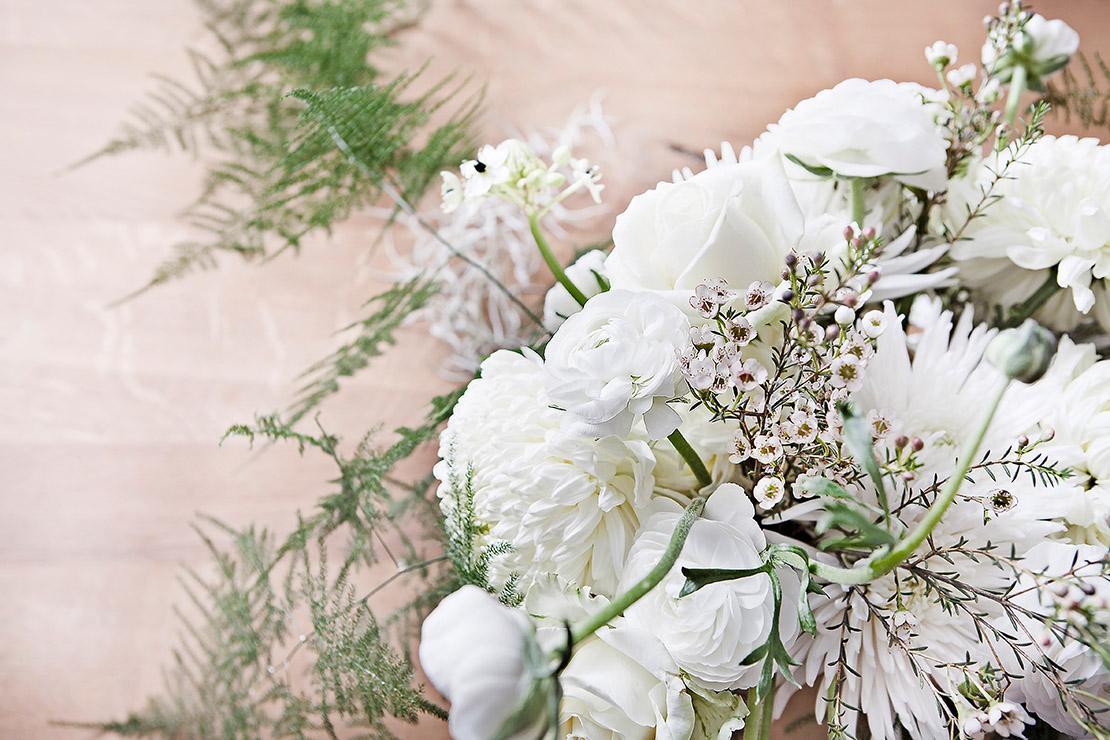 winterliche-blumendeko-weiße-blumen