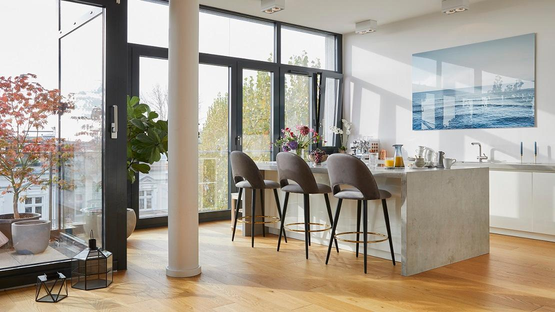 Minimalistische Küche und Esszimmer mit grauen Stühlen