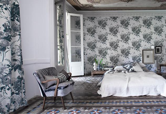 Dos tonos opuestos que se reconcilian a través de los motivos florales. Este dormitorio, decorado en blanco y negro, tiene un aire romántico, pero también mucha personalidad debido al tamaño de los estampaos y al uso del negro. El contraste viene dado por la sencillez de la mesilla de noche y la cama.