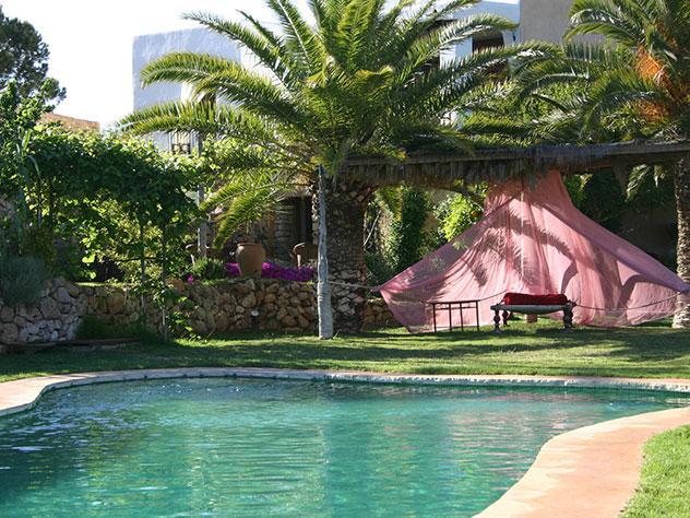 La piscina del hotel Es Cucons, en pleno llano de Corona