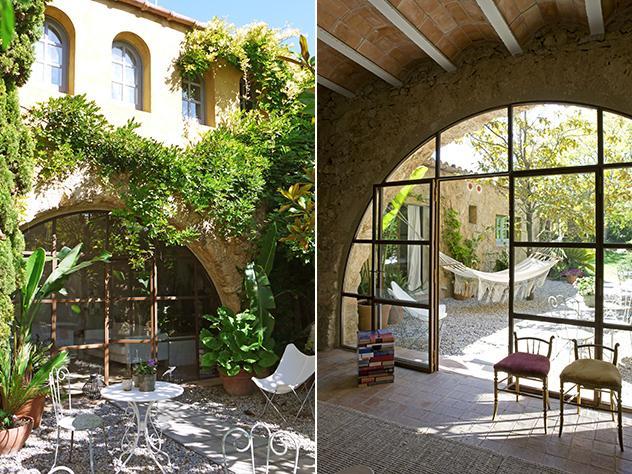 La casa se abre a un jardín frondoso, apacible y tranquilo, donde sol y sombra se hacen guiños