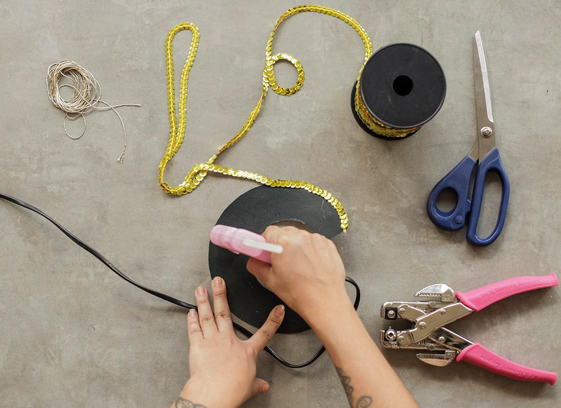 2. Corta la letra y pega las lentejuelas.