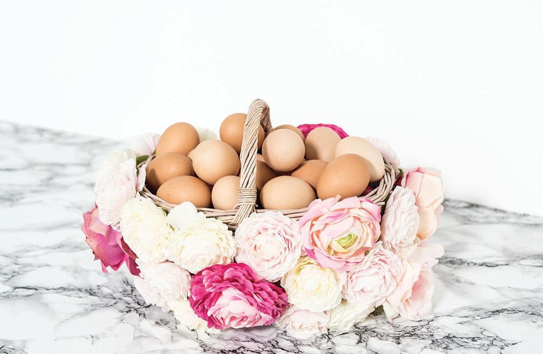 bonita cesta decorada con flores
