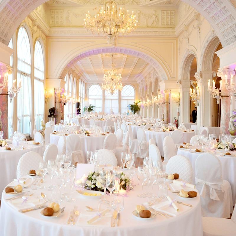 La Sala Stucchi suscita meraviglia nello spettatore con i suoi scintillanti lampadari di Murano, gli stucchi bianchi finemente cesellati, il pavimento in parquet e le ampie vetrate sul mare, riconfermandosi la sala banchetti per eccellenza dell'Hotel Excelsior.