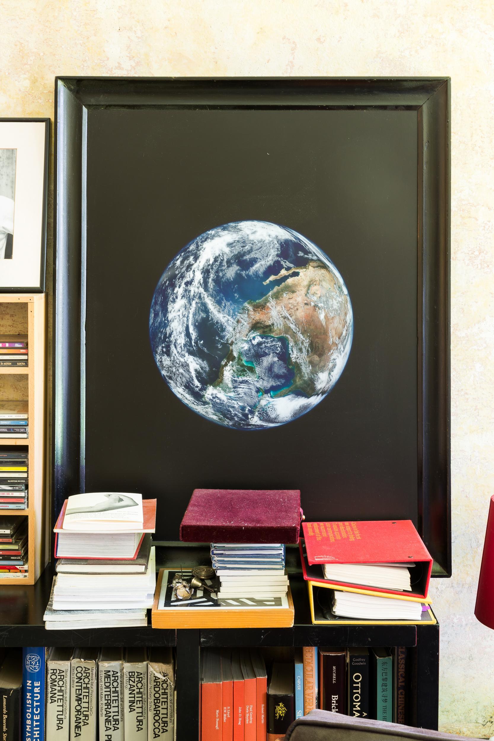 Uno splendido ritratto della terra realizzato da Aldo Cibic sembra raccontare, con grande impatto emotivo, la capacità del creativo di racchiudere il mondo in una stanza.